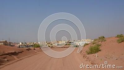 Conduzindo um carro no deserto arenoso UAE no M?dio Oriente perto das explora??es agr?colas do camelo Grampo r?pido da metragem,  filme