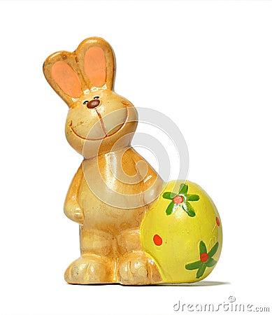 Conejito de la cerámica con el huevo