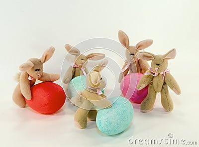 Conejitos y huevos de pascua.