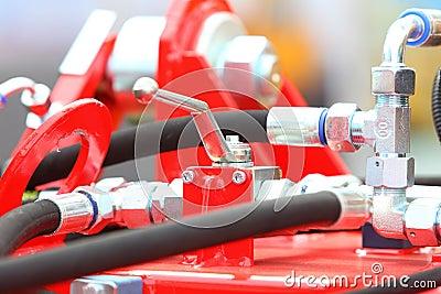 Conexiones hidráulicas de un detalle industrial de la maquinaria