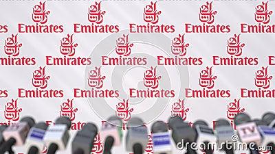 Conferenza stampa della società di EMIRATES AIRLINES, parete della stampa con il logo e mics, animazione editoriale concettuale archivi video