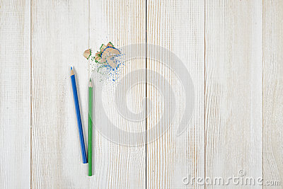 crayons et copeaux colors sur la table en bois blanche photo stock image 69331869 - Copeaux De Bois Colors