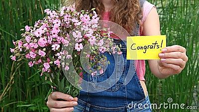 Congrats - mooie vrouw met kaart en bloemen