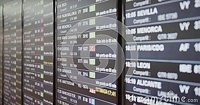 Conseil d'un tableau de départ d'aéroport avec le vol, la destination, l'heure et le texte de décodage clips vidéos