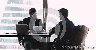 Conseiller financier professionnel donnant des consultations en matière d'investissement à un jeune homme d'affaires banque de vidéos