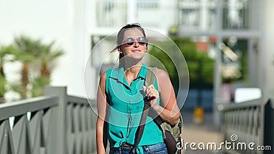 Conserviera conserviera femmina in occhiali da sole che cammina nella zona del parco estivo e si gode le vacanze archivi video
