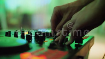 Console de contrôle du son DJ pour mixer musique de danse et ordinateur portable dans disco club banque de vidéos