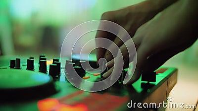 Console de controle de som DJ para mixar música de dança e laptop em discoteca filme
