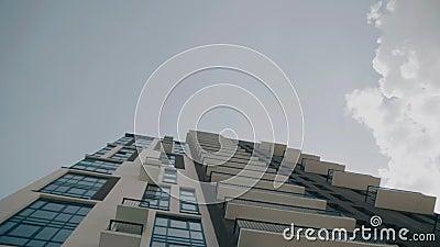 A construção alta do multi-andar entra no céu vista inferior na perspectiva Edif?cios Multi-storey filme