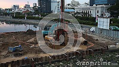 Constru??o, tecnologia, ind?stria Os construtores martelam pilhas para a constru??o de uma ponte nova vídeos de arquivo