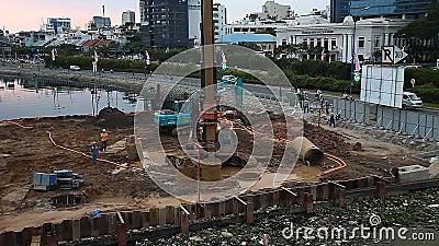 Constru??o, tecnologia, ind?stria Os construtores martelam pilhas para a constru??o de uma ponte nova filme
