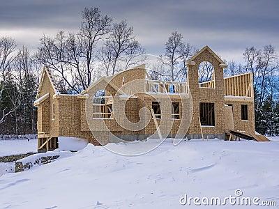 Construcción de la nueva casa en invierno
