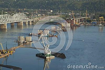 Construcción de puente a través de Yenisei
