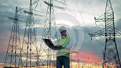 Constructions de lignes électriques et un ingénieur masculin actionnant un ordinateur portable banque de vidéos