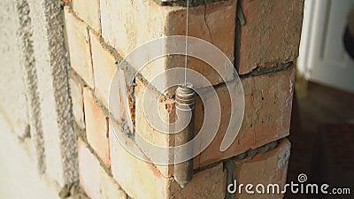 Constructor mide la uniformidad de la pared almacen de metraje de vídeo