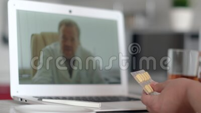 Consulta de médicos en línea, tecnología de internet, atención médica, infección por coronavirus, paciente enfermo Niña paciente  metrajes