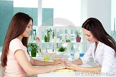 Consultation de soin de main