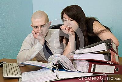 Contador y la secretaria en un lugar de trabajo