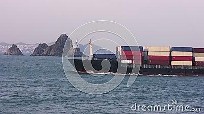 Containerschip die in haven gaan stock footage