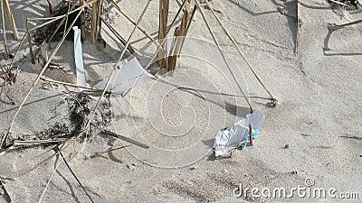 Contaminación del plástico en la arena de la playa almacen de metraje de vídeo