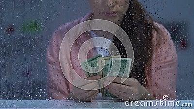 Contanti di mezza età disoccupati infelici del dollaro della tenuta della donna, mancanza di fondi, povertà archivi video