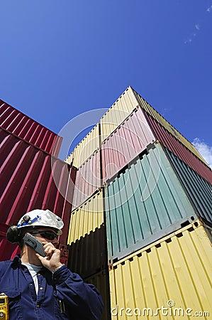Contenedores para mercancías y trabajador de muelle