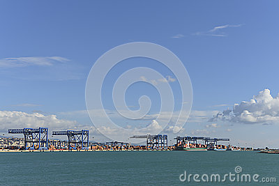 Conteneur commercial de port de la Sardaigne