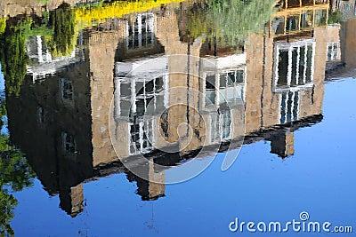 Contenga la reflexión en la secuencia del río, Knaresborough Reino Unido