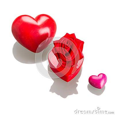 Contenitore di regalo con i cuori rossi per i biglietti di S. Valentino su bianco