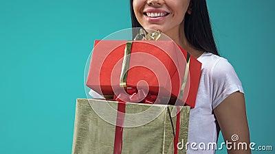 Contenitori di regalo allegri della tenuta della giovane signora, presente di feste per gli amici e famiglia stock footage