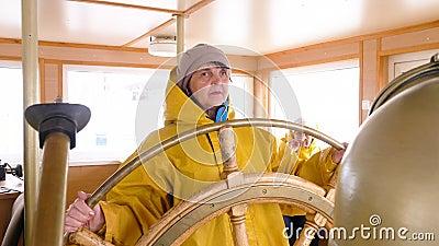 Contrôle de navigation de roue de boeuf de tour de femme agée banque de vidéos