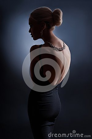 Free Contrast Fashion Woman Portrait On Dark Background, The Silhouette Of A Girl With A Beautiful Curved Back. Naked Back Of A Woman Royalty Free Stock Image - 109171896
