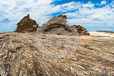 Contrastes rochosos do detalhe da textura da linha costeira