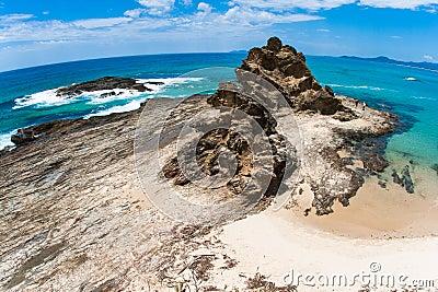 Contrastes rocosos del detalle de la textura de la línea de la playa