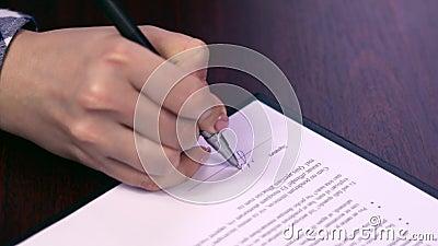 Contrat de signature de femme L'employé féminin signe le contrat de loyer Salutaire pour les deux côtés Accord clair simple - fau clips vidéos