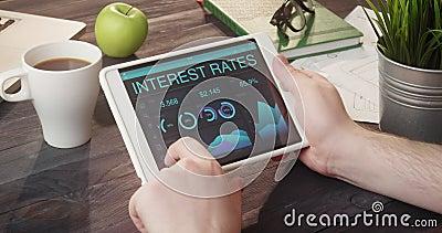 Controllo dei dati di tassi di interesse facendo uso del computer della compressa allo scrittorio stock footage