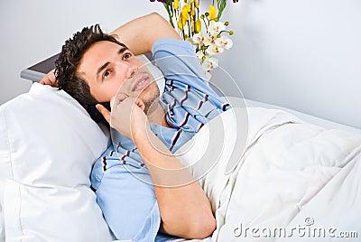 Conversação feliz do homem pelo móbil do telefone