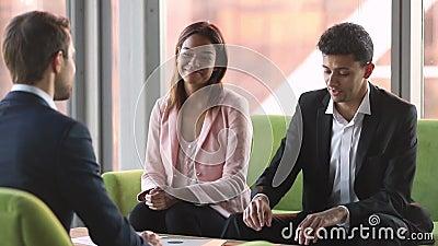A conversa ?rabe do homem de neg?cios ao cliente caucasiano assina o cliente do aperto de m?o do contrato filme