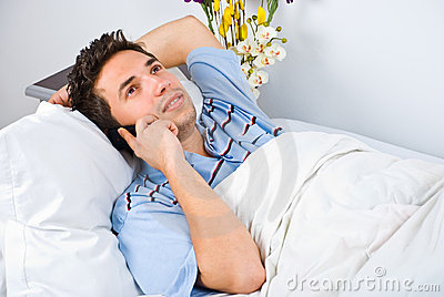 Conversation heureuse d homme par le mobile de téléphone