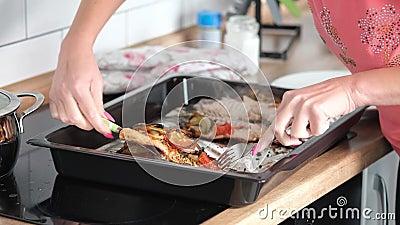 Cook corta peixe cozido, Fecho de chef cortando peixe-truta cozido com faca de cozinha video estoque