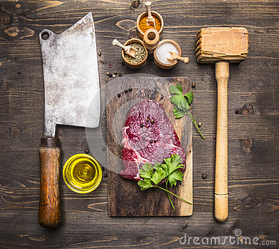 Free Cooking Beef Steak, A Wooden Hammer For Meat, Meat Cleaver, Oil Seasoning And Dill Royalty Free Stock Photos - 72210188