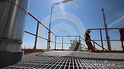 Coordenador a worrking na planta de refinaria