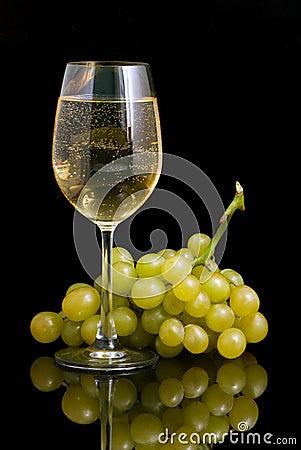 Copa con el vino blanco y las uvas en un fondo negro for Copa vino blanco
