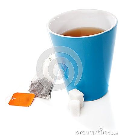 Copo de chá, saco de chá e açúcar