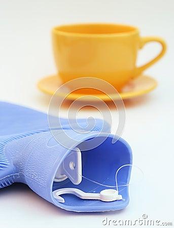 Copo e garrafa de água quente