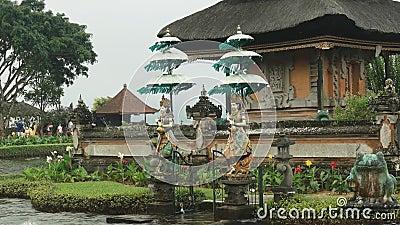 Coppia di statue nel tempio di ulun danu beratan a Bali stock footage