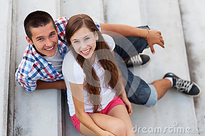 Coppie adolescenti che si siedono sulle scale