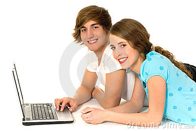 Coppie adolescenti con il computer portatile