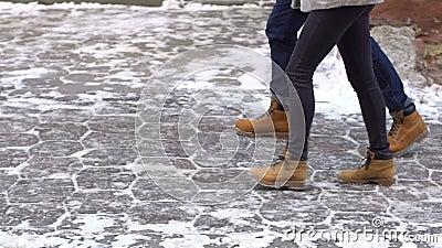 Coppie amorose che camminano nella città nevosa archivi video