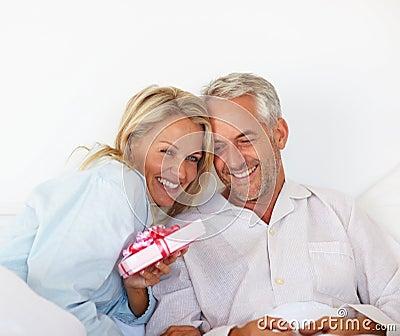 Coppie amorose che celebrano il loro anniversario in base